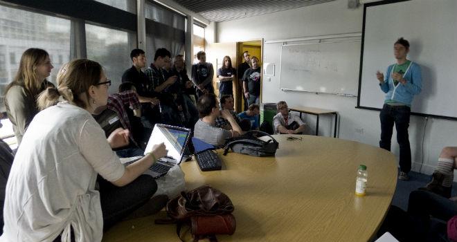 Segundo tópico para hoje: alugar um escritório maior e cadeiras para toda a gente ou despedir quem não tem lugar?