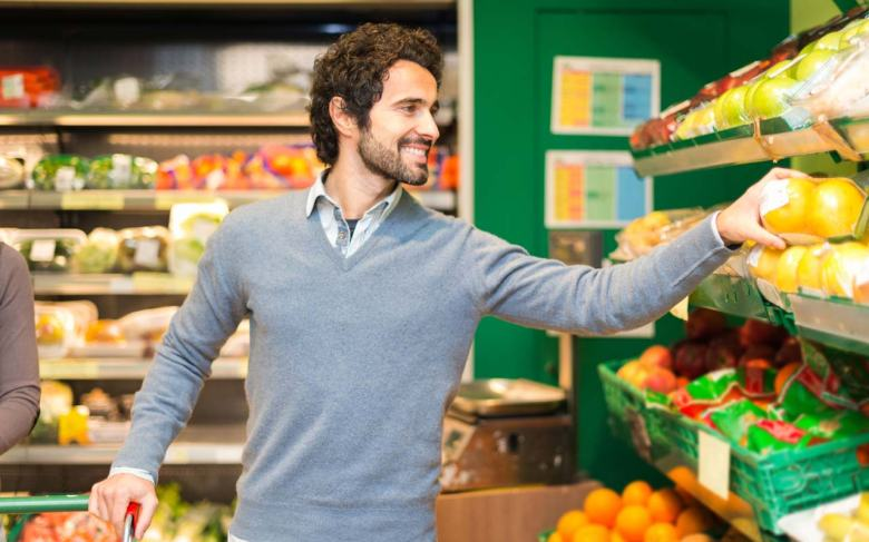 man-shopping-for-produce