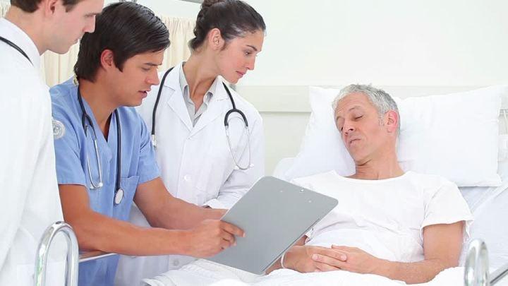 295242081-visita-medica-letto-di-degenza-attenzione-gentilezza.jpg