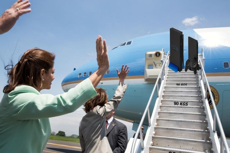 Laura_Chinchilla_Miranda_and_Barack_Obama_wave_goodbye.jpg